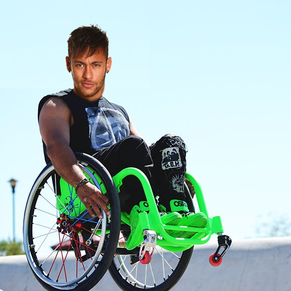 Neymar Revient Aider Son équipe En Chaise Roulante