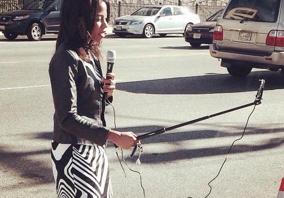 une journaliste de bfmtv en plein travail