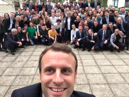 Le-selfie-d-Emmanuel-Macron-et-son-equipe-deja-detourne-et-c-est-tres-drole-!_exact540x405_l