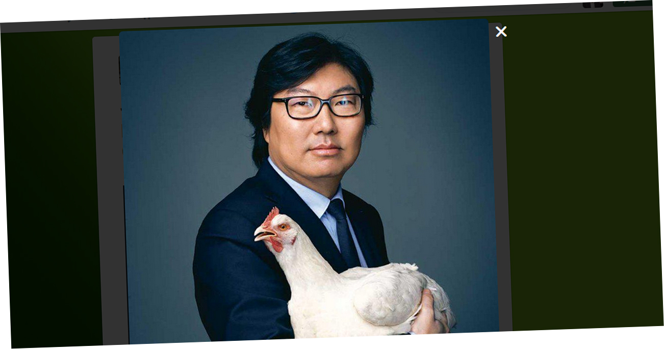 Jean-Vincent-Place-pose-avec-une-poule-pour-la-Journee-de-la-femme