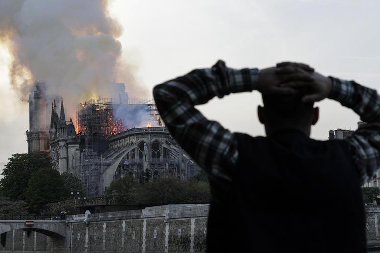 Choquant : un homme se fait faire une fellation en regardant Notre-Dame brûler