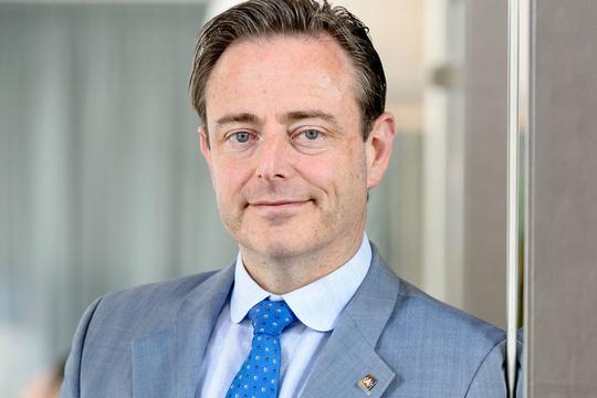 """Bart De Wever accueillera des migrants chez lui pour les fêtes : """"au chaud, près du four"""""""