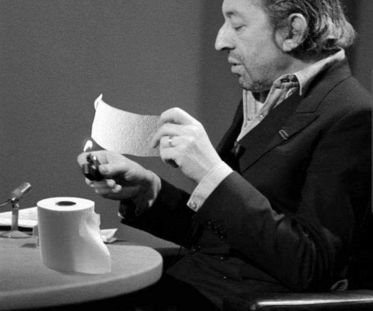 SCANDALE – Serge Gainsbourg brûle du papier-toilette en direct à la télé !